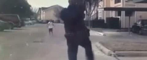 Poliziotto americano gioca con un bambino in strada