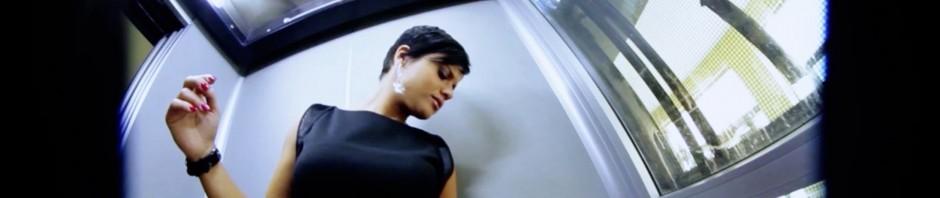 Video-clip musicale piccante girato nel palazzo del Comune di Nichelino da Dj Angyelle