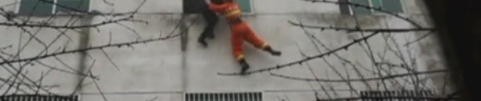 Donna cinese si getta dalla finestra e il pompiere la prende al volo