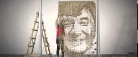 Red Hong Yi crea il ritratto di Jackie Chan con 64.000 bastoncini